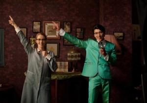 Budapest, 2012. július 3. Balsai Mónika (b) Liza és David Sakurai japán származású dán színész (j) Toni Tani szerepében játszik egy jelenetben a Liza, a rókatündér (Liza the fox fairy) című film forgatásán, a budapesti Raliegh stúdióban. A magyar-svéd koprodukcióban készülŁEfilm, amely elsőként kapott gyártási támogatást a Magyar Nemzeti Filmalaptól (MNF), a rendezŁEUjj Mészáros Károly elsŁEnagyjátékfilmje. MTI Fotó: Kallos Bea